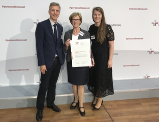 President with certificate berufundfamilie
